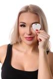 有心脏标志的妇女在她的眼睛 关闭 奶油被装载的饼干 免版税图库摄影