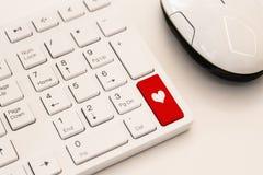 有心脏标志的白色键盘 互联网约会概念 库存图片