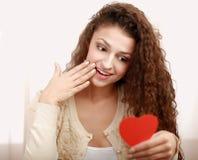 有心脏标志的美丽的微笑的妇女 免版税图库摄影