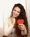有心脏标志的美丽的微笑的妇女 免版税库存图片