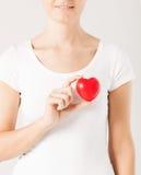 有心脏的妇女手 免版税图库摄影