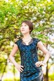 有心脏的小女孩 亚洲妇女微笑愉快在晴朗的夏天或春日外面在开花的树庭院里 相当 库存图片