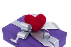 有心脏的礼物盒 免版税库存照片