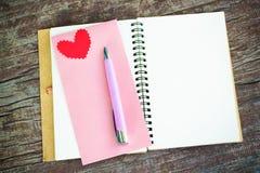 有心脏的笔记本 库存照片
