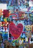 有心脏的街道画墙壁 免版税库存图片