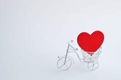 有心脏的装饰自行车 背景方式 库存照片