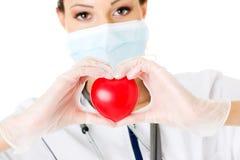 有心脏的年轻人护士在她的手上 免版税图库摄影