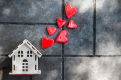 有心脏篱芭的一个玩具房子  免版税库存图片