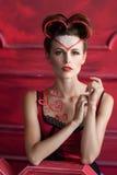 有心脏装饰的严肃的美丽的妇女 免版税图库摄影
