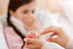 有必要的药片的一点瓶在一名有同情心的妇女的手上 免版税库存照片