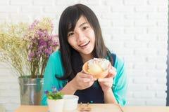 有快乐冰淇凌的看起来的愉快的亚裔女孩快乐和 免版税库存图片