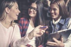有快乐的三三个的女学生教育 免版税图库摄影