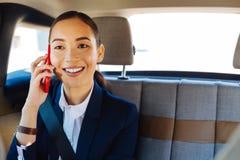 有快乐的可爱的女实业家电话交谈 免版税图库摄影