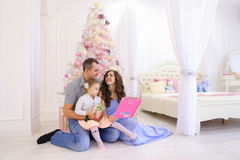 有快乐的家庭乐趣一起休闲、笑和微笑  免版税库存图片