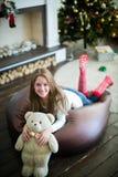 有快乐的微笑和玩具熊的俏丽的女孩 免版税库存图片