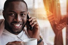 有快乐的微笑的人在电话的一次友好的交谈 库存图片