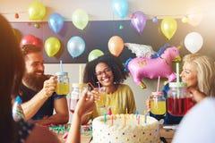 有快乐的朋友的愉快的年轻黑人妇女 免版税库存照片