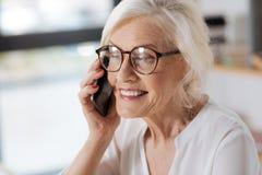 有快乐的年长的妇女电话交谈 免版税库存图片