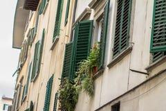 有快门的老房子在佛罗伦萨,意大利 免版税库存图片