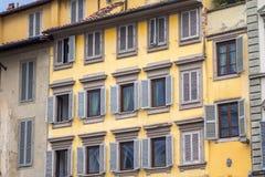 有快门的老房子在佛罗伦萨,意大利 免版税库存照片