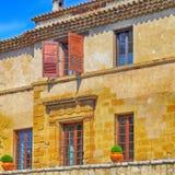 有快门窗口的农村砂岩房子在圣保罗de Ven 免版税库存图片