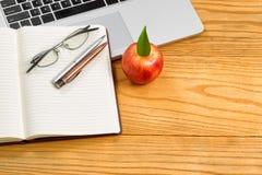 有快餐和工作供应的桌面 免版税库存照片