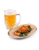 有快餐的啤酒杯 库存图片