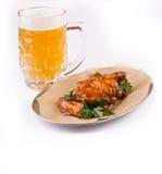 有快餐的啤酒杯 免版税库存照片