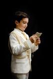 有念珠和祈祷书的年轻男孩 免版税图库摄影