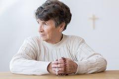 有念珠的宗教祖母 免版税图库摄影