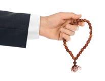 有念珠的手 免版税库存照片