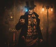 有怀表的Steampunk人在葡萄酒steampunk背景 免版税图库摄影