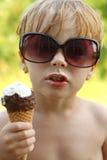 有态度的孩子吃冰淇凌的 库存图片