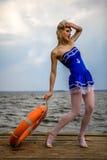 有性感的白肤金发的卷发样式的年轻减速火箭的画报女孩和花花公子 免版税库存图片