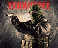 有恐怖分子标志的危险被掩没的和武装的人在脏的bac 免版税库存图片