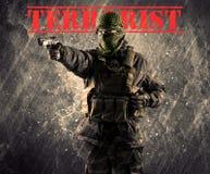 有恐怖分子标志的危险被掩没的和武装的人在脏的bac 免版税图库摄影