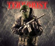有恐怖分子标志的危险被掩没的和武装的人在脏的bac 库存图片
