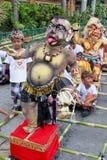 有恶魔玩偶的孩子在Nyepi节日在巴厘岛 免版税图库摄影