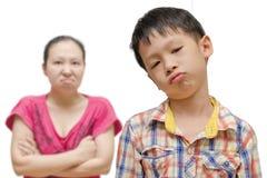 有恼怒的母亲的不快乐的亚裔男孩 免版税库存图片