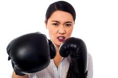 有恼怒的神色的女性拳击手在她的面孔 图库摄影