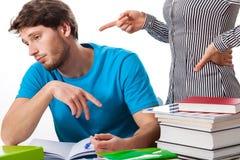 有恼怒的老师的懒惰学生 免版税库存图片
