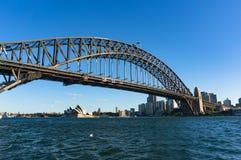 有悉尼港桥和悉尼歌剧院的悉尼港口 免版税库存照片