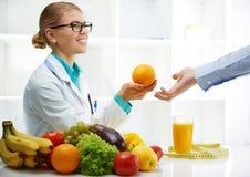 有患者的营养师 免版税库存照片