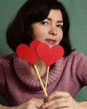 有情人节红色心脏的俏丽的妇女 免版税图库摄影