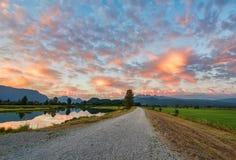 有惊人的云彩的石渣道路 库存照片