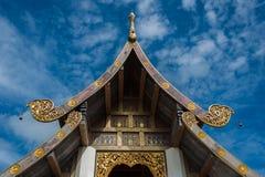有惊人的屋顶的泰国寺庙 免版税库存照片