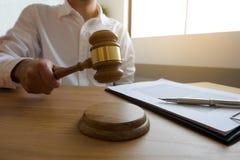 有惊堂木的法官在桌上 律师、法院法官、法庭和正义概念 免版税库存图片