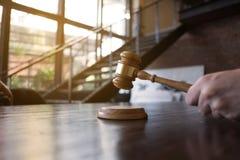 有惊堂木的法官在桌上 律师、法院法官、法庭和正义概念 库存图片