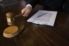 有惊堂木的法官在桌上 律师、法院法官、法庭和正义概念 库存照片