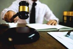 有惊堂木的法官在桌上 律师、法院法官、法庭和ju 免版税库存图片